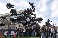 Protest der Prinovis-Beschäftigten vor der Verhandlung: Sie ließen rund 1000 schwarze Luftballons am Werk fliegen - für jeden Arbeitsplatz einen.