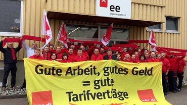 ver.di hat die Beschäftigten bei Engelhardt Etikett zu einem ersten Warnstreik aufgerufen. Die Beschäftigten der Weiterverarbeitung in der Frühschicht legten für eine Stunde die Arbeit nieder.