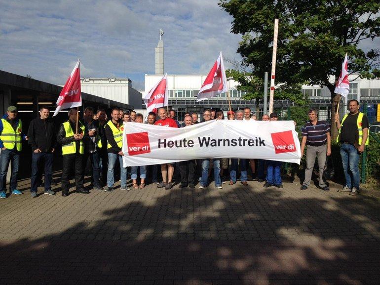 Beschäftigte von Prinovis Ahrensburg und Springer Ahrensburg streiken gemeinsam.