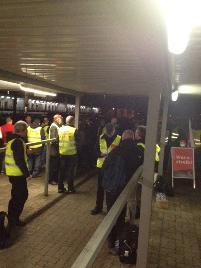 Axel Springer Offsetdruckerei in Ahrensburg: Streikende warten auf ihre Kollegen, die zur Nachtschicht kommen.