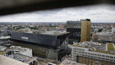 Springer setzt auf Schwarz-Gold: Der Neubau vorn und das zwischenzeitlich erweiterte 60er-Jahre-Hochhaus rechts dahinter.